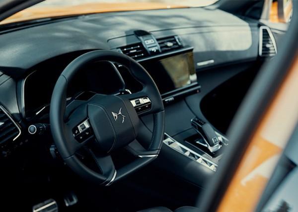 DS Automobiles salon samochodowy - DS7 CROSSBACK wnętrze